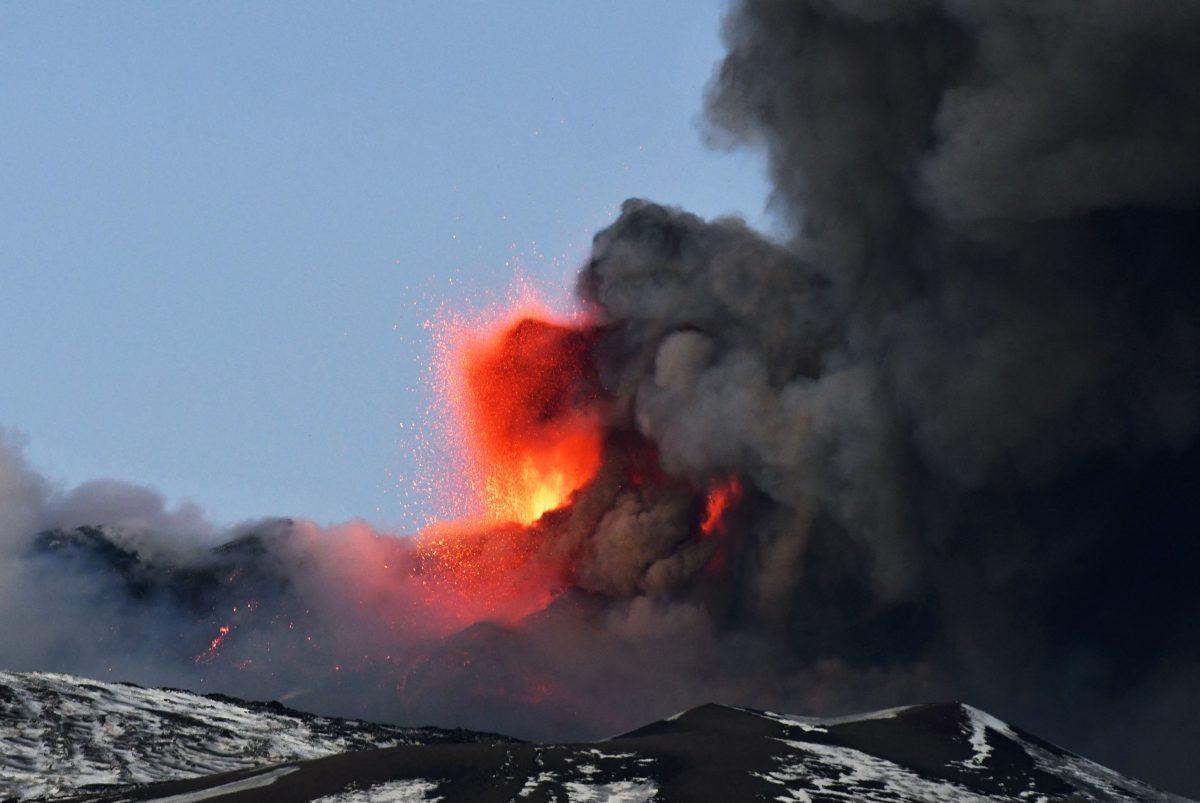 Las impresionantes imágenes tras la erupción del volcán Etna que provocó lluvia de piedras y ciudades de Italia cubiertas de ceniza