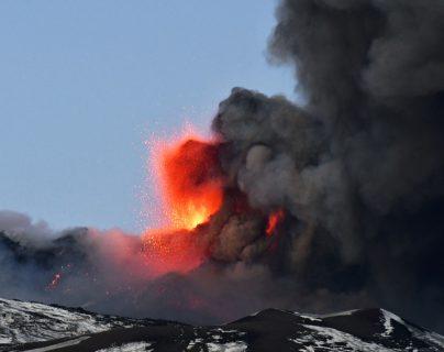 Espectacular erupción del Etna provoca una lluvia de piedras. (Foto Prensa Libre: AFP)