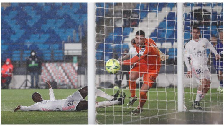 Este fue el momento en que Mendy anotó el segundo gol del Real Madrid. Aprovechó un pase de Marcelo. Foto Prensa Libre: @realmadrid