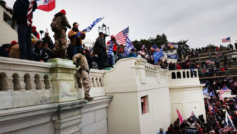 Unos cien integrantes de la Cámara Alta juzgarán a Trump por el asalto al Capitolio. (Foto: AFP)