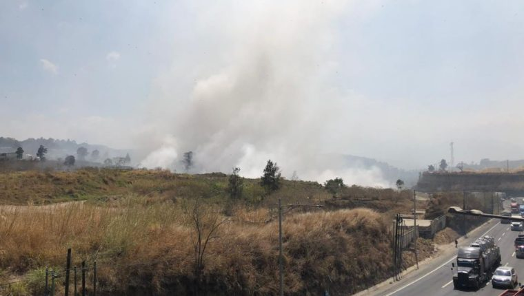 Así se ve el incendio del vertedero de Amsa en el km 22.5 de la ruta al Pacífico, Villa Nueva. (Foto Prensa Libre: Andrea Domínguez)