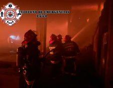 Bomberos Municipales Departamentales en el incendio en la fábrica de camas en la zona 5 de Xela. (Foto Prensa Libre: Bomberos Municipales Departamentales)
