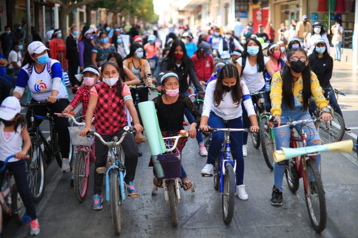"""""""Deseo jugar libre sin temor a nada ni nadie"""": manifestantes exigen justicia por asesinato de niñas en Guatemala"""