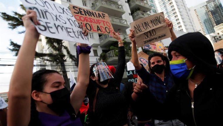 Manifestantes protestan frente a la sede de la Secretaría Nacional de Niñez, Adolescencia y Familia (Senniaf), contra los casos de abuso a menores ocurridos en albergues de dicha institución, en Ciudad Panamá. (Foto Prensa Libre: EFE)