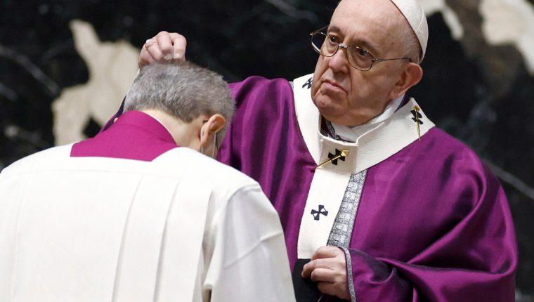 El papa Francisco  dejó caer ceniza en la cabeza de los pocos fieles que asistieron. (Foto Prensa Libre: EFE)