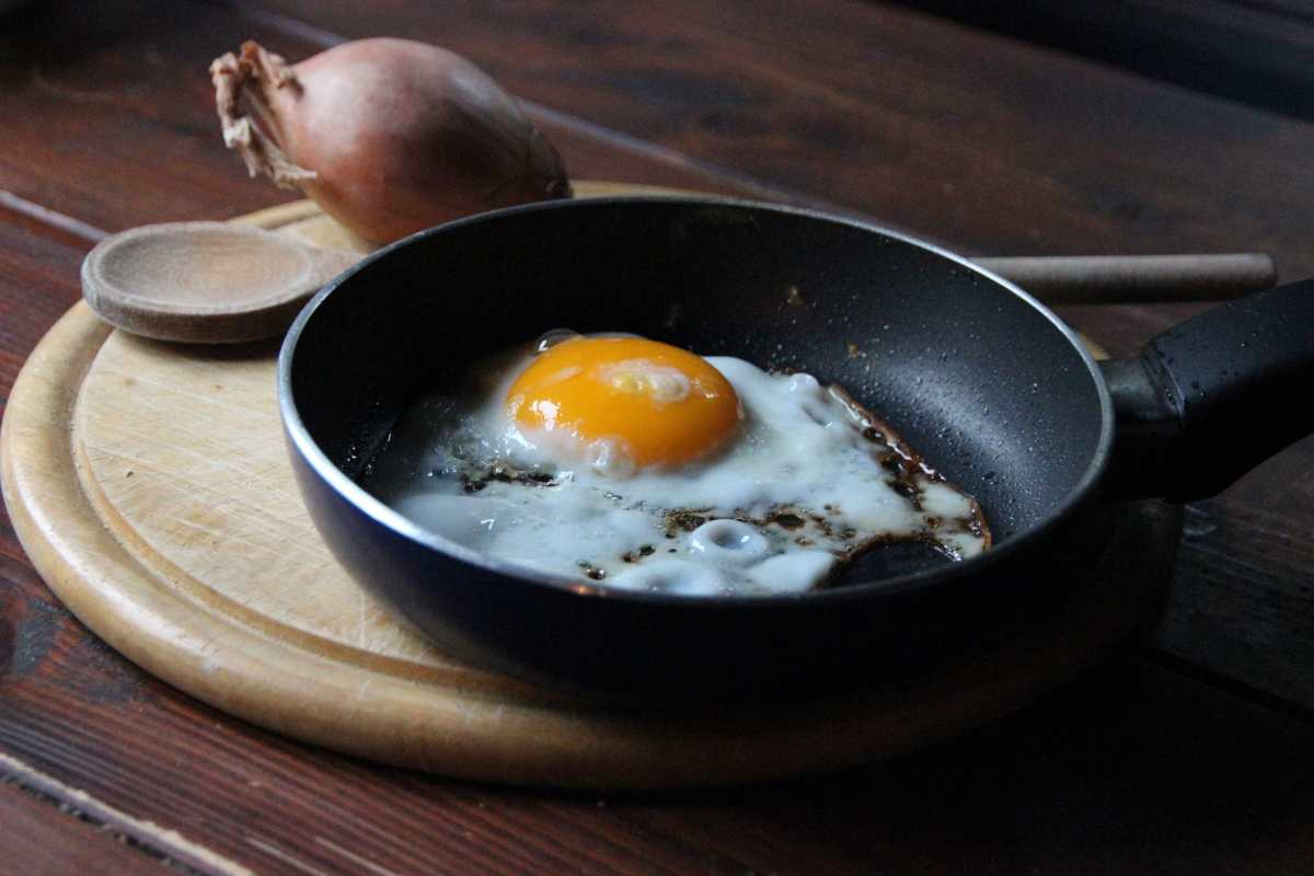 La explicación científica de por qué se pega la comida en la sartén y cómo evitarlo
