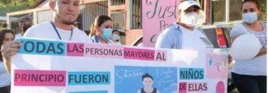 Familiares y vecinos participan en la caminata en Melchor de Mencos, Petén. (Foto: Wílder López)