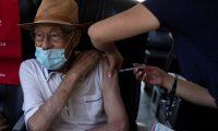 AME4158. SANTIAGO (CHILE), 08/02/2021.- Una enfermera vacuna contra la covid-19 a un adulto mayor, en un puesto de vacunación móvil diseñado para descongestionar los centros de salud hoy, en la comuna de La Reina, en Santiago (Chile). La segunda ola de la crisis sanitaria coincide con el avance del proceso de vacunación, que comenzó el pasado 24 diciembre con la inmunización del personal sanitario y continuó de forma masiva, la semana pasada, con la vacunación de los adultos mayores. En total, 651.266 han recibido la primera dosis y 13.436 la primera y la segunda dosis. Además de la vacuna de Sinova, Chile ha aprobado las de Pfizer y AstraZeneca. EFE/ Alberto Valdes