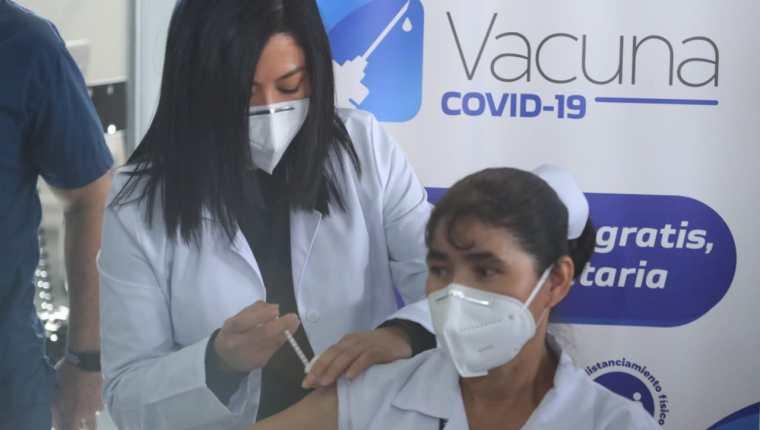 Magdalena Guevara González, de 46 años, es enfermera en el Hospital Temporal Parque de la Industria y fue la primera persona en Guatemala en recibir la vacuna contra el coronavirus. (Foto Prensa Libre: Juan Diego González)