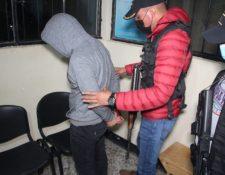 Agentes de la PNC proceden a la captura de Walter Daniel Sical Orozco, en Baja Verapaz, sindicado de acosar sexualmente a una niña en San Marcos. (Foto Prensa Libre: MP)