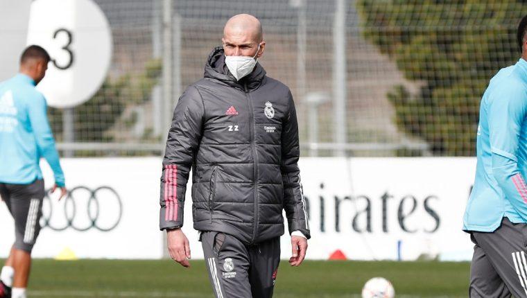 Zinedine Zidane durante el entrenamiento de este martes con el Real Madrid. (Foto Prensa Libre: Twitter Real Madrid)