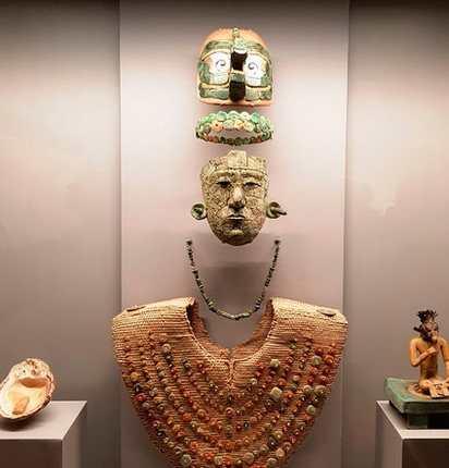 El ajuar funerario de la Reina Roja consta de siete piezas —máscara, diadema, collar, pectoral, tocado, concha y figurilla—.