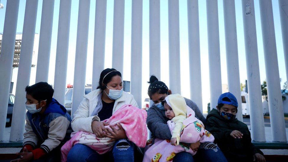 Los bebés estadounidenses que el gobierno de EE.UU. expulsa a México