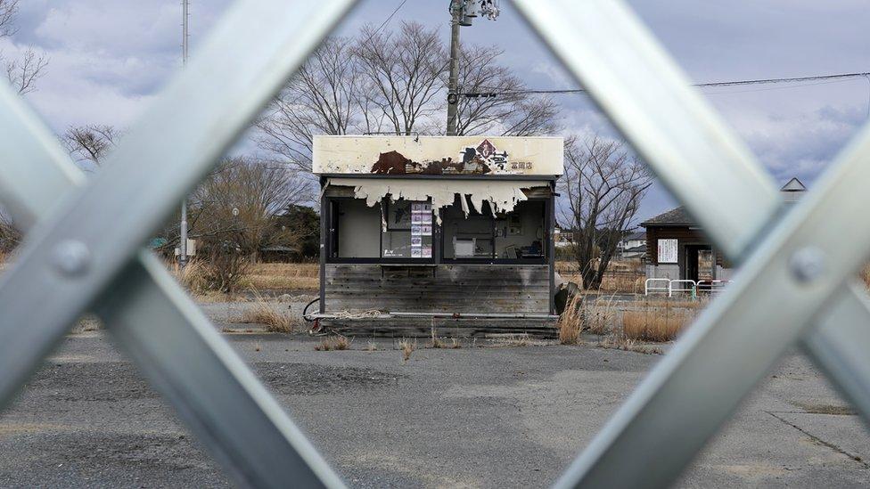 """Fukushima: cómo es la """"zona de difícil retorno"""" con pueblos fantasma y desechos radiactivos en la que nadie puede vivir 10 años después del desastre nuclear"""