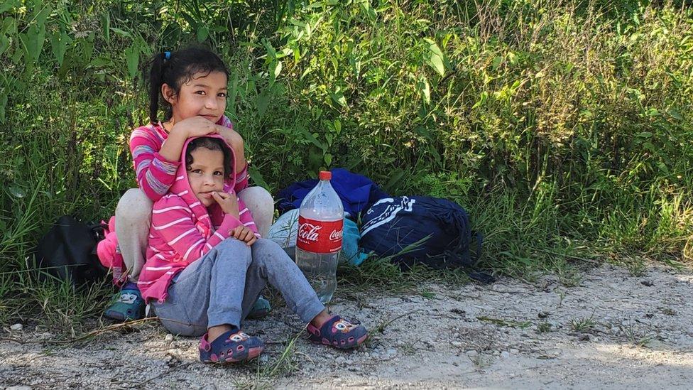 """""""Uno tiene que arriesgarse a todo"""": en la carretera con los miles de familias y niños migrantes que intentan llegar a EE.UU."""