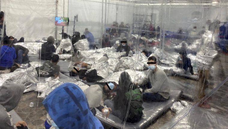 Estas imágenes han generado preocupación sobre las condiciones de los centros de detención de migrantes en la frontera con México.
