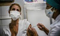 Miles de trabajadores de la salud cubanos recibirán la vacuna Soberana 02.