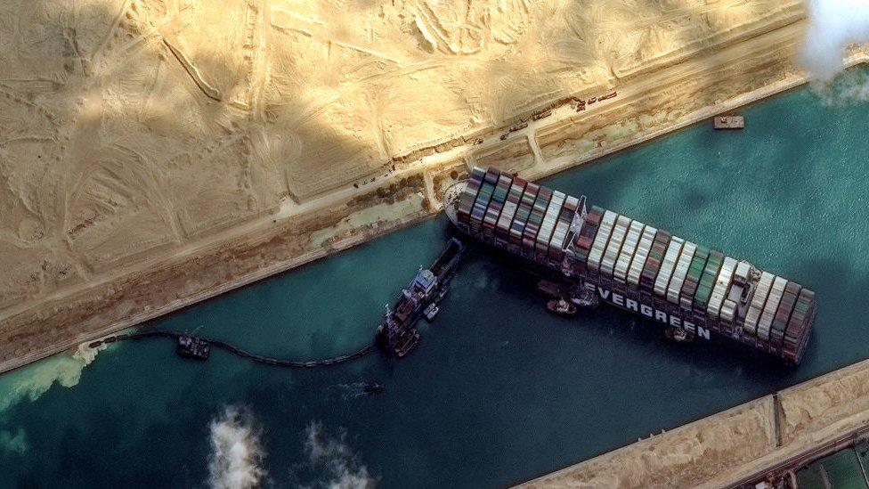 El canal de Suez y los otros 3 grandes pasos marítimos del comercio internacional (y qué tan vitales son para la economía)