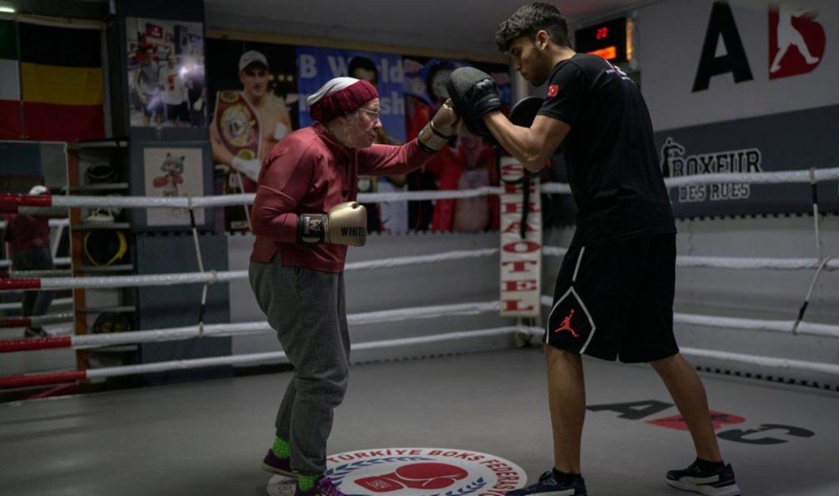 """Nancy Van Der Stracten, la mujer de 75 años que practica boxeo para """"noquear"""" al Parkinson"""