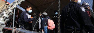 Migrantes que permanecían en México bajo el Protocolo de Protección al Migrante, han comenzado a ingresar a EE. UU. desde febrero pasado. (Foto Prensa Libre: EFE)