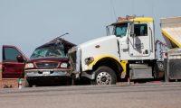 Fotografía donde se muestra la camioneta en la cual viajaban 23 personas chocada por un camión en Holtville cerca a la frontera de California con México dejando un saldo de 13 muertos y 13 heridos el 2 de marzo de 2021 en Holtville, California. (Foto Prensa Libre: EFE)