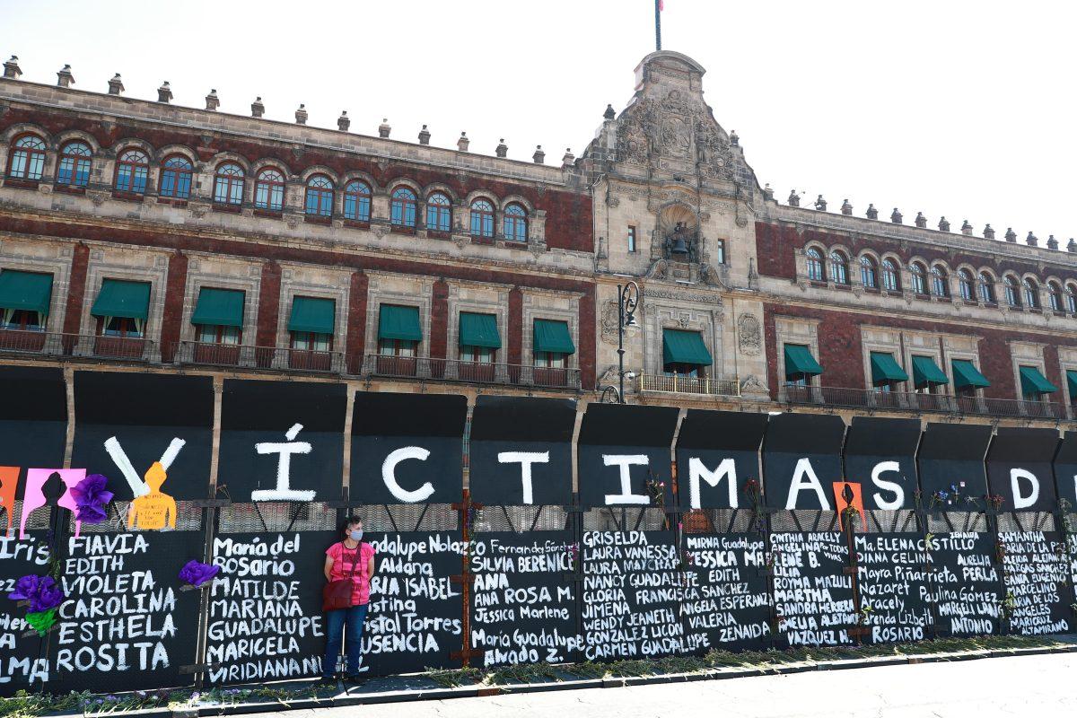 """Gobierno coloca valla frente a sede presidencial de México y mujeres la convierten en """"muro de memoria"""""""