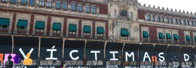 Carteles con los nombres de víctimas de femicidio fueron colocados en los cercos metálicos instalados por el Gobierno de México. (Foto Prensa Libre: EFE)
