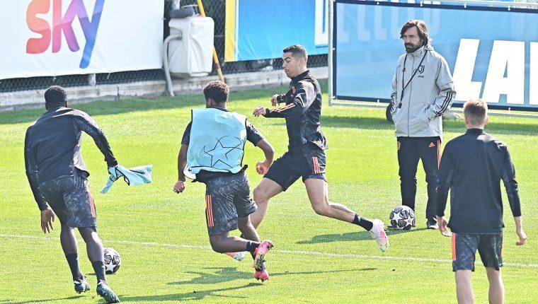 El técnico de la Juventus, Andrea Pirlo, dirige el entrenamiento antes de enfrentar al Oporto.  Foto Prensa Libre: EFE.