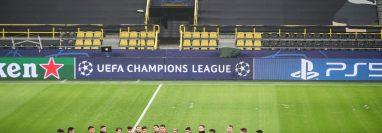 Los jugadores del Sevilla y su técnico durante en entreno antes de enfrentar al Dortmund en -Alemania. Foto Prensa Libre: EFE.