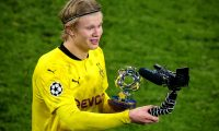 Dortmund (Germany), 09/03/2021.- Dortmund's Erling Haaland poses with the 'ÄòPlayer of the Match'Äô trophy after winning the UEFA Champions League round of 16 second leg soccer match between Borussia Dortmund and Sevilla FC in Dortmund, Germany, 09 March 2021. (Liga de Campeones, Alemania, Rusia) EFE/EPA/FRIEDEMANN VOGEL / POOL
