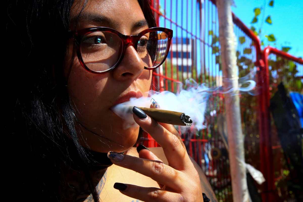 Aprueban ley de consumo lúdico de marihuana en México, que al entrar en vigor permitirá fumar en casa