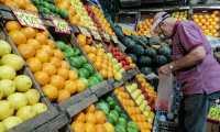 AME1259. BUENOS AIRES (ARGENTINA), 11/03/2021.- Un hombre compra frutas en un supermercado hoy, en Buenos Aires (Argentina). Argentina difunde las cifras de la inflación de febrero pasado, tras haber iniciado 2021 con un 4 % y acumulado en todo el año pasado un 36,1 %, la más alta de Latinoamérica después de Venezuela. EFE/ Juan Ignacio Roncoroni