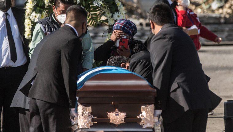 Familiares de un migrante lloran al recibir su féretro este viernes durante la repatriación de los cuerpos de los 16 migrantes asesinados el pasado 22 de enero en México, en el Aeropuerto Internacional La Aurora, en Ciudad de Guatemala. (Foto Prensa Libre:  EFE)