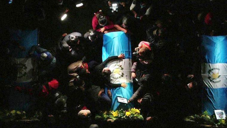 Familiares y amigos lloran la muerte de los 16 migrantes asesinados en Tamaulipas. (Foto: EFE)