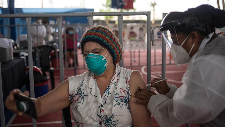 Guatemala aún vacuna a personas de la primera línea de batalla al covid-19, proceso que inició el 25 de febrero. (Foto: Hemeroteca PL)