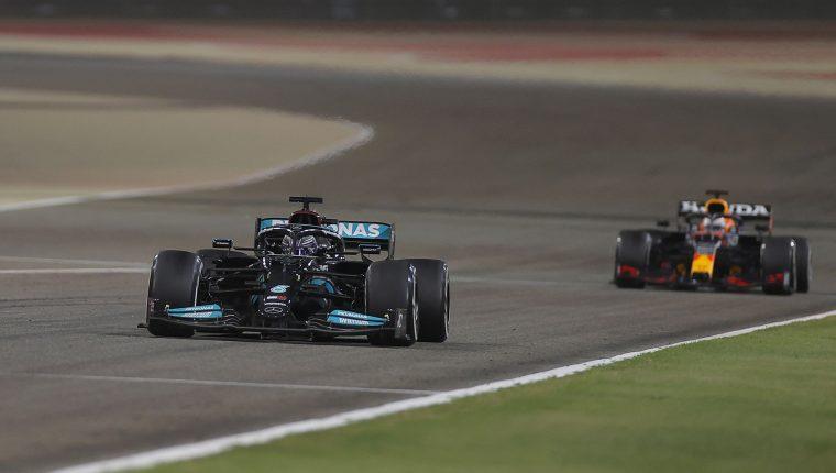 Lewis Hamilton, de Mercedes-AMG Petronas, ganó el Gran Premio de Bairén por delante de  Max Verstappen, de Red Bull Racing. (Foto Prensa Libre: EFE).