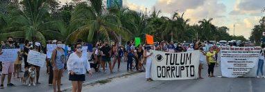 Pobladores de Tulum, México, bloquean calles como protesta por la muerte de migrante salvadoreña.  (Foto Prensa Libre: EFE)