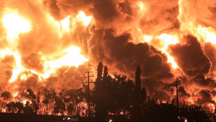 Vista de fuego declarado en una refinería de Balongan en la localidad de Indramayu, Indonesia este lunes donde al menos han muerto cinco personas.