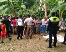 Los cuatro pequeños jugaban en el patio de una casa, pero por razones que se desconocen cayeron en un pozo. (Foto Prensa Libre: Marvin Túnchez)