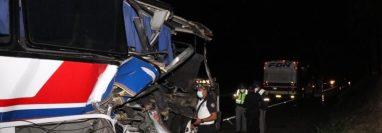 Bus accidentado en el km 54 de la autopista Palín-Escuintla. (Foto Prensa Libre: Bomberos Voluntarios)