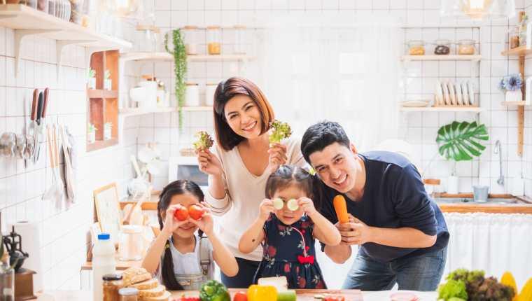 En familia es importante aprender una elección saludable de alimentos y fomentar hábitos que les mantengan sanos.  (Foto Prensa Libre: Shutterstock)