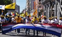 Teachers march to protest against the return to schools amid the COVID-19 novel coronavirus pandemic, in Asuncion, on March 2, 2021. - Teachers' leaders say there are not enough health-security conditions to curb COVID-19 at public schools. (Photo by Norberto DUARTE / AFP)
