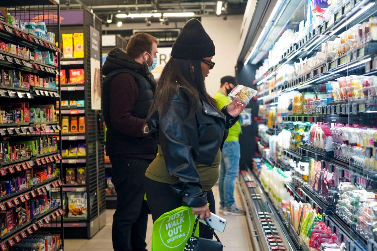 """Cómo es el supermercado que Amazon abrió en Londres y qué es """"sin contacto"""" ni cajeros"""