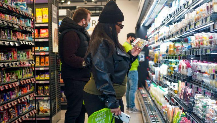 """Amazon abrió este jueves 4 de marzo en Londres un supermercado """"sin contacto"""" ni cajeros. (Foto Prensa Libre: AFP)"""