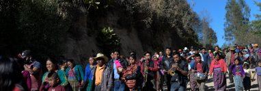 Vecinos de Comitancillo acompañan a una familia en el entierro de uno de los fallecidos en Tamaulipas. (Foto: Hemeroteca PL)