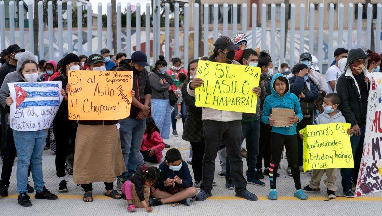Migrantes participan en una protesta en la frontera mexicana de Tijuana en odnde piden al gobierno de EE. UU. que admita sus solicitudes de asilo. (Foto Prensa Libre: AFP)