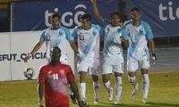 Luis Martínez (7) celebra su gol ante Cuba con sus compañeros de la Selección de Guatemala. Vencieron a Cuba 1-0. Foto Prensa Libre: AFP.