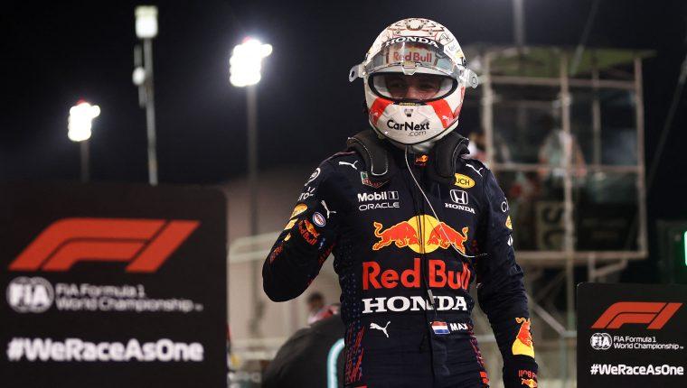 El piloto Max Verstappen celebra después de ganar la clasificación del Gran Premio de Bahrain. (Foto Prensa Libre: AFP).
