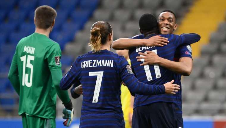 Ousmane Dembele celebra con sus compañeros uno de los goles de la victoria contra Kazajistán. (Foto Prensa Libre: AFP).
