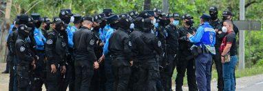 Policías toman posiciones en la frontera del Corinto para regular el egreso de hondureños. (Foto: AFP)